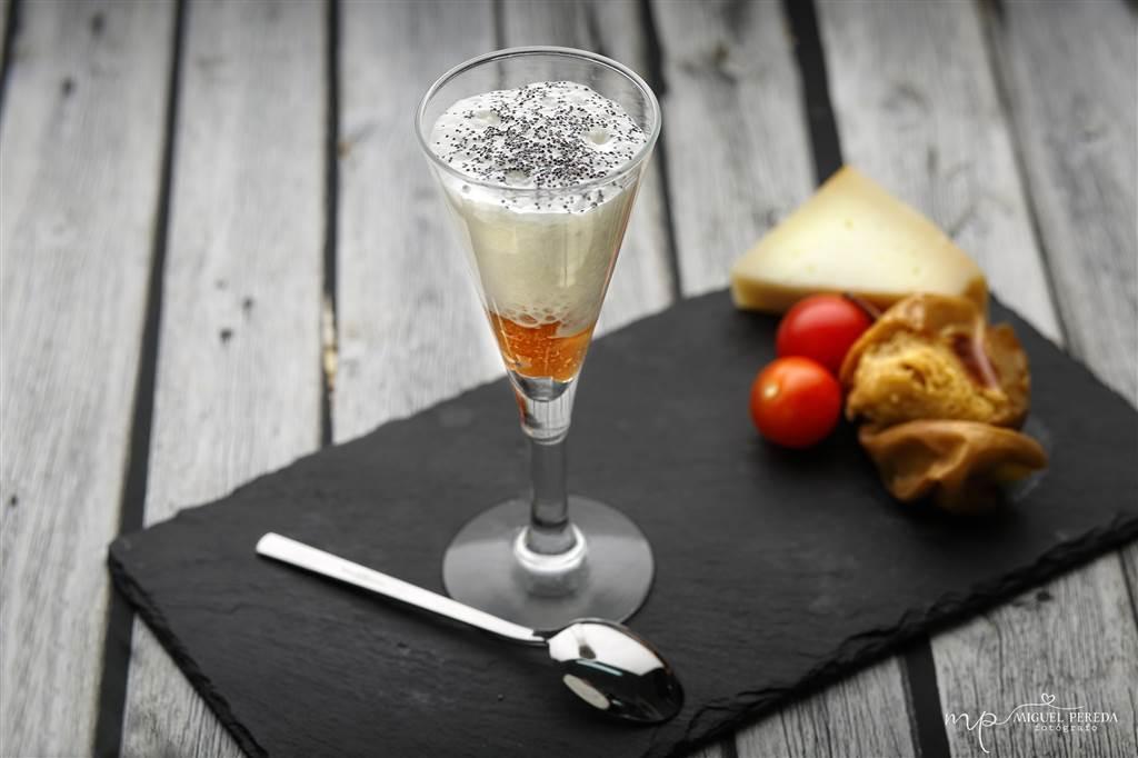 Copita de espuma de queso de valdeon con mermelada de higos y semilla de amapolas