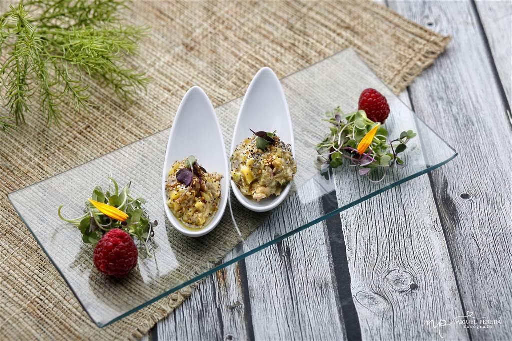 Cucharitas de tartar de atún rojo con brotes tiernos