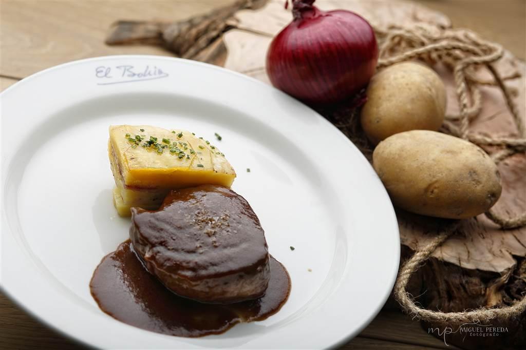 """Solomillo """" bohío"""" con pastel de patata,queso,baicon y salsa al vino tinto"""